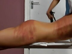 Övning i sängen med en ung lesbisk porrfilm man,